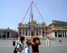 Escultura metálica enorme en Roma.